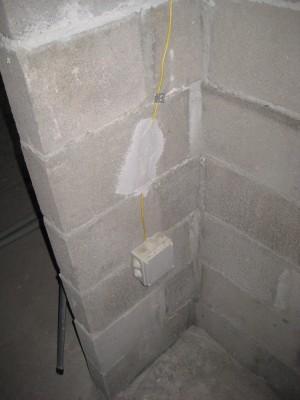 Контур уравнивания потенциалов. В месте, где замазано штукатуркой - рассверлено отверстие в стене и произведена скрутка провода без изоленты... - IMG_0032.JPG