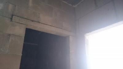 проем в туалет и ванную укреплен балкой, а на кухню и в комнату балки нет - DSC_1427.JPG