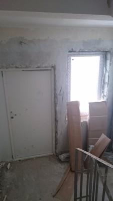 не готовая стена на балкон с лестницы. трубы отопления здесь холодные - DSC_1438.JPG