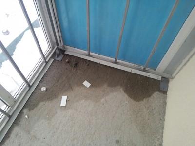 Течь примыкания верхнего остекления балкона и плиты перекрыт.